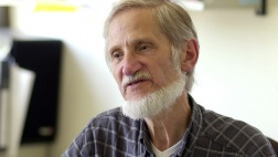 """Rupert Neudeck, Gründer der Hilfsorganisation """"Cap Anamur"""", bei einem epd-Interview in Köln."""