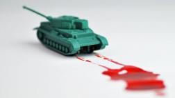 Spielzeugpanzer mit künstlicher Blutspur